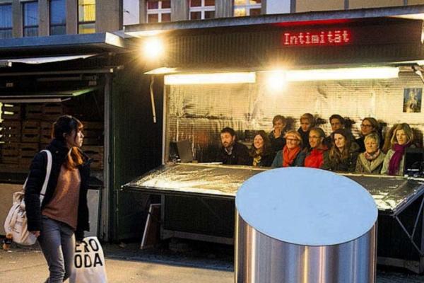 St. Gallen - Mensch Theateraufführung theater Konstellationen in einem Markthäuschen Markplatz